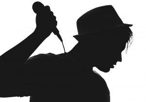 https://pixabay.com/nl/silhouet-muzikant-zanger-microfoon-1992392/